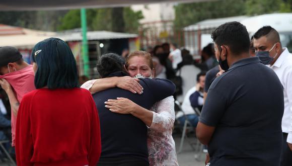 Decenas de personas pasaron la jornada a las puertas de las oficinas forenses de la Fiscalía de Ciudad de México en Iztapalapa, oriente de la capital, a la espera de recibir la peor de las noticias: que su familiar desaparecido era uno de los 24 muertos en el accidente. (Foto: EFE/Mario Guzmán)