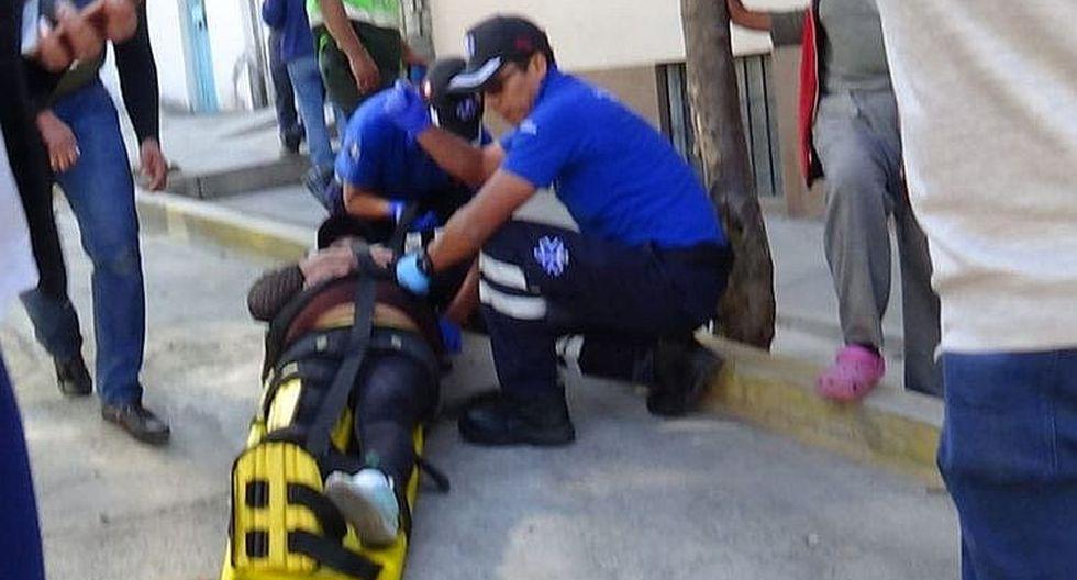 Madre de familia se fractura el tobillo por caer en restos de construcción