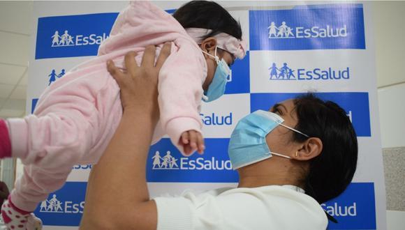 La madre abrazando a la bebé de ocho meses tras la cirugía exitosa en el hospital Almenara.   Foto: EsSalud