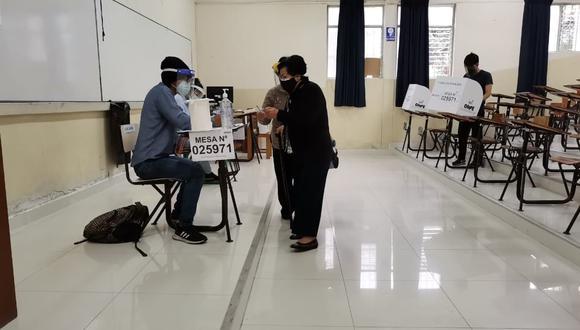 Comisionado. José Luis Agüero Lobatón, precisa que el  85% de las mesas de sufragio se han instalado en Trujillo y no se registra ningún incidente mayor.  Dice no hay nada oficial con respecto a marchas tras el flash electoral.