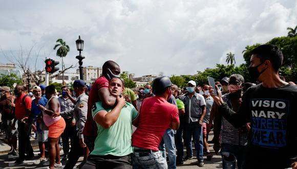 Un hombre agarrando a otro por el cuello durante la manifestación contra el gobierno cubano del presidente Miguel Díaz-Canel en La Habana, el 11 de julio de 2021 ( AFP / Adalberto Roque).