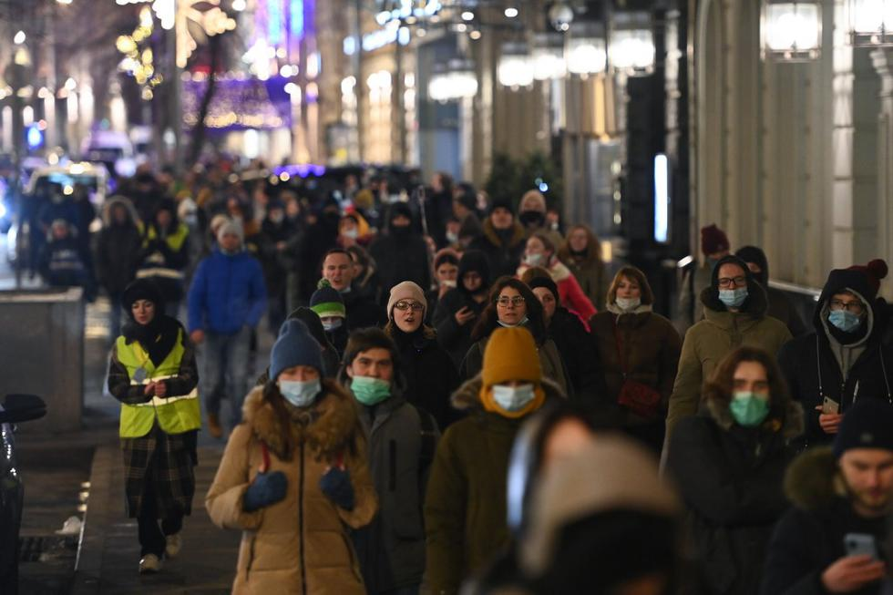 La policía también procedió a apresar manifestantes cerca del Teatro Bolshói y la Plaza Pushkin, incluido a aquellos que decidieron marchar por la calzada en la céntrica calle Tverskaya. (Texto: EFE / Foto: Kirill KUDRYAVTSEV / AFP)