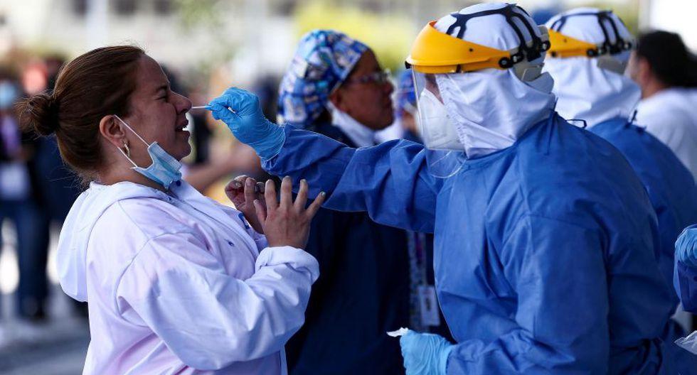 Imagen referencial. Personal de la secretaria de Salud del Municipio de Quito toma muestras para el test de diagnóstico para coronavirus al personal sanitario. (EFE/José Jácome).