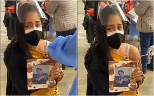"""Joven se vacunó con foto de su madre fallecida por COVID-19: """"Esto es para ti, mamá, y para los que no llegaron"""" (VIDEO)"""