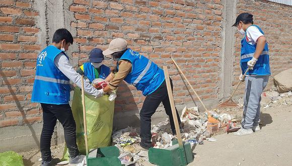 Voluntarios realizan labor de limpieza