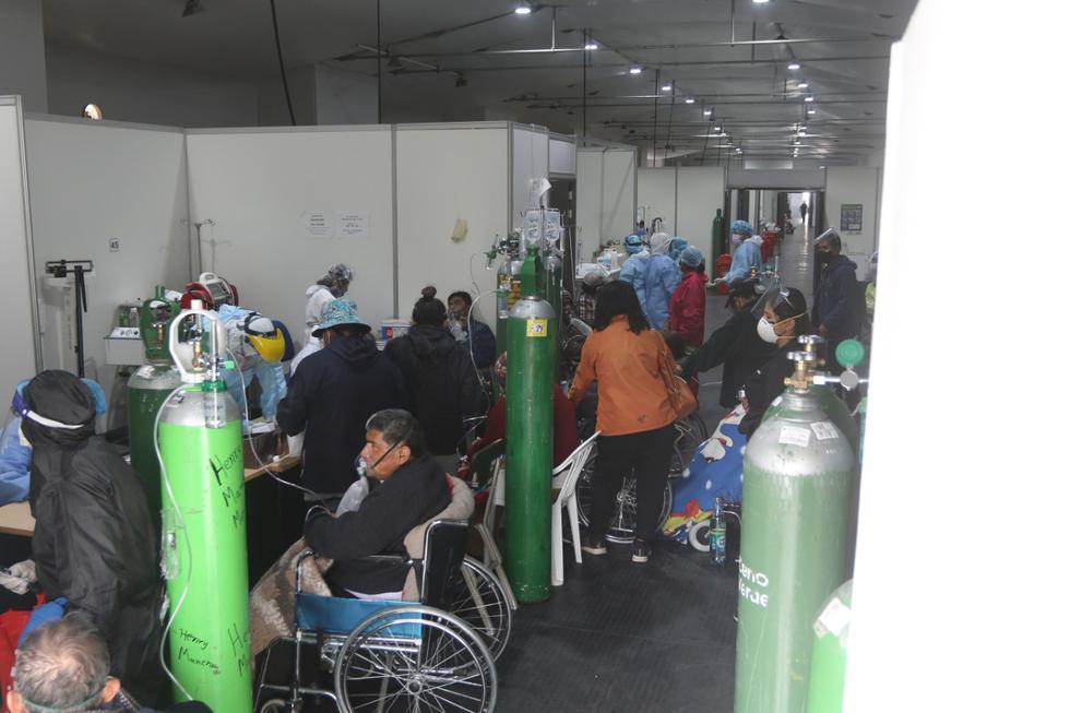 La situación sanitaria en la región Arequipa actualmente es crítica. En el Hospital Honorio Delgado hay más de 100 pacientes a la espera de una cama, cuando el área correspondiente solo tiene capacidad para 60 personas. El hacinamiento se puede apreciar en la imagen. (Foto: Eduardo Barreda / GEC)