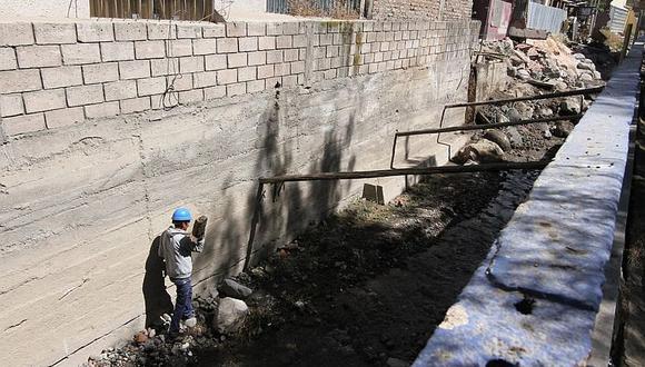 Familias de tres urbanizaciones del distrito de Cayma temen que estructura ceda y afecte sus viviendas. (Foto: Correo)