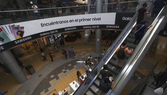 Los centros comerciales, galerías y tiendas por departamentos también funcionarán de lunes a domingo con un aforo que sube al 30%. (Foto: Gonzalo Córdova / GEC)