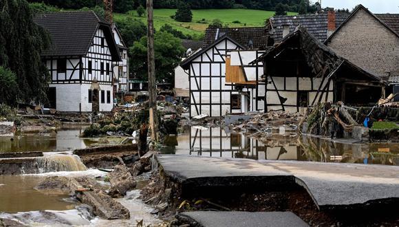 Una carretera y casas dañadas después de las inundaciones en Schuld, Alemania, el 15 de julio de 2021. (EFE/EPA/SASCHA STEINBACH).