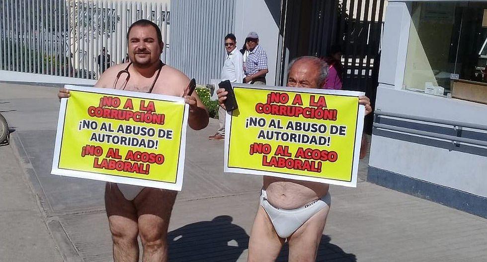 En paños menores protestan en puerta de hospital EsSalud
