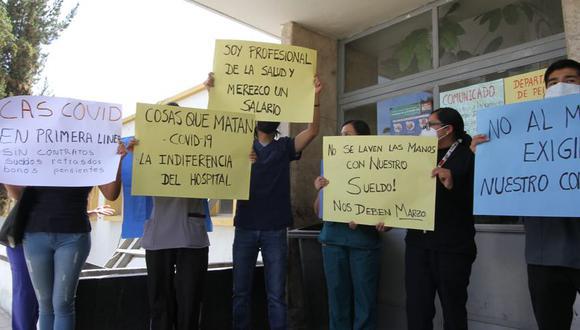 Con letreros en manos pidieron que les paguen su sueldo de marzo. (foto: Correo)