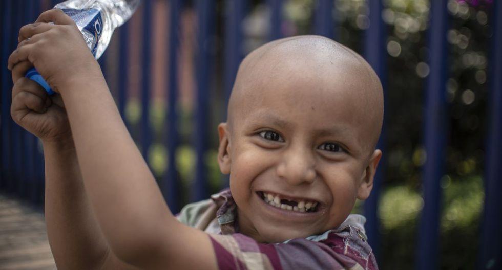 Hermes Soto, un niño mexicano de cuatro años, diagnosticado con cáncer, sonríe frente al Hospital de Niños de la Ciudad de México. (AFP).