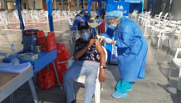 Primer día de vacunación tuvo un 39% de ausentismo de adultos mayores de 80 años en los colegios seleccionados por Diresa Tacna