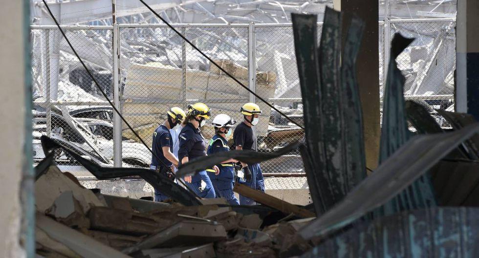 Miembros de la Agencia Federal Alemana de Ayuda Técnica (THW) buscan cuerpos y sobrevivientes entre los escombros tres días después de las explosiones que golpearon el puerto de Beirut, Líbano. (EFE/EPA/WAEL HAMZEH).
