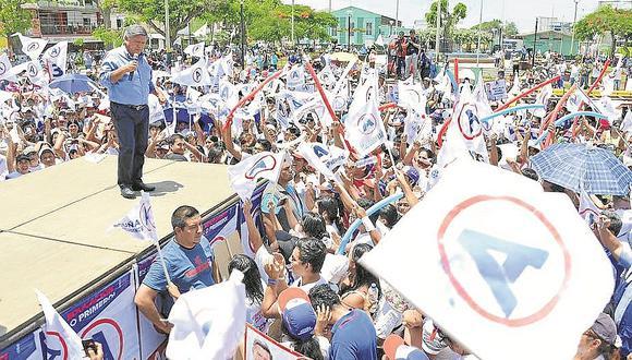 Funcionarios de APP en campaña congresal