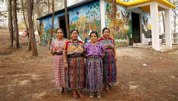 Rosalina Tuyuc (segunda de la izquierda) ayudó a crear Conavigua, una institución que enseña a mujeres de las comunidades a leer y escribir. (Foto: ONU)