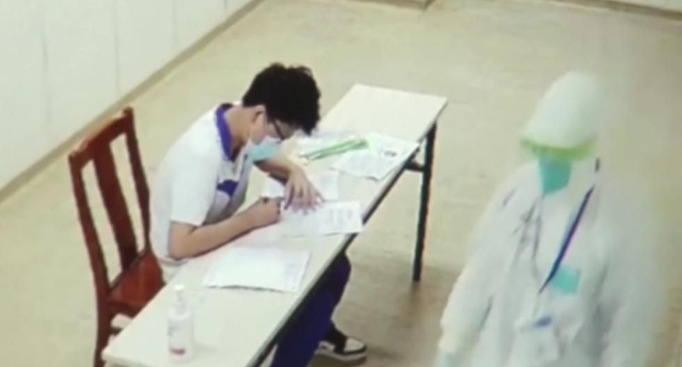 """Los estudiantes de China toman exámenes de ingreso a la universidad """"gaokao"""" en el aislamiento por el coronavirus. (Captura/YouTube)."""