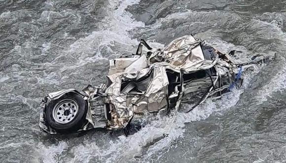 La placa del vehículo no se puede visualizar por la profundidad del río. (Foto: Difusión)
