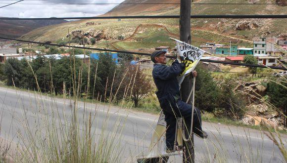 La Oroya: Retiran material electoral de postes de luz y teléfono