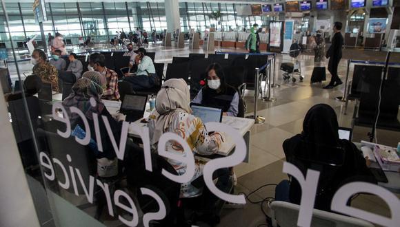 Pasajeros en el Aeropuerto Internacional Soekarno-Hatta en Tangerang, en las afueras de Yakarta, el 30 de junio de 2021. (Foto referencial: FAJRIN RAHARJO / AFP)