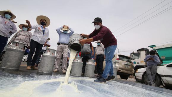 Ganaderos derraman leche en el km 48 de la Panamericana sur de Arequipa| Foto: Leonardo Cuito