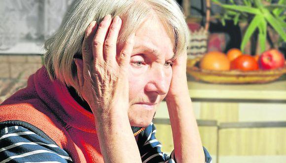 Consumo de alcohol y cigarro aumenta riesgo de Alzheimer
