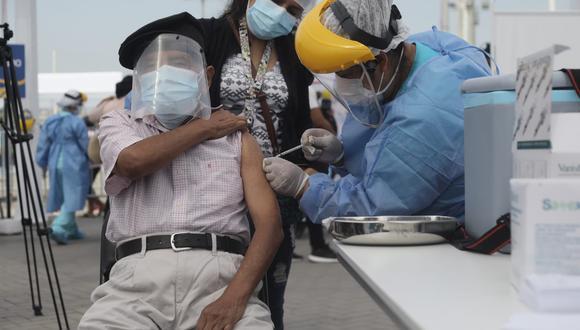 El Ministerio de Salud (Minsa) informó que este fin de semana, los días 16, 17 y 18 de abril, se convocará a 102.181 a personas mayores de 80 años de 22 distritos para que acudan a los 11 centros de vacunación. (Foto: Jorge Cerdán/ @photo.gec)