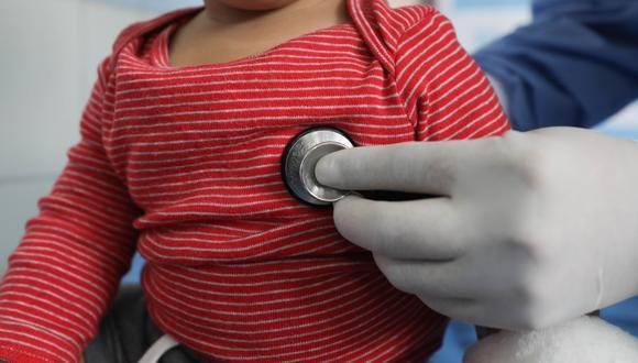 Padres arrojaron negativo a la misma prueba y desconocen cómo se contagiaron sus hijos. (Foto: Correo)