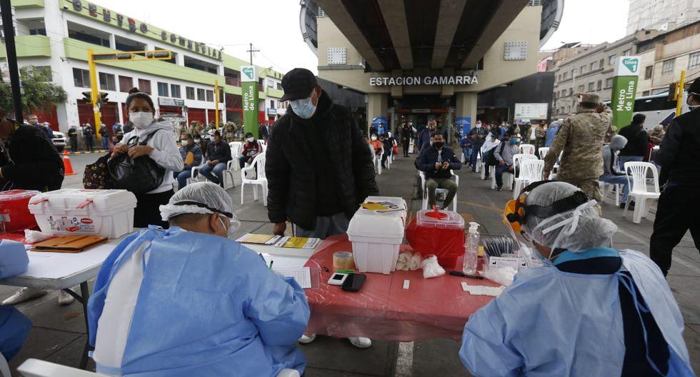 Personal de salud realiza pruebas rápidas para descartar COVID-19  en las estaciones del Metropolitano y la Línea 1 del Metro de Lima. (Foto: Violeta Ayasta/GEC)