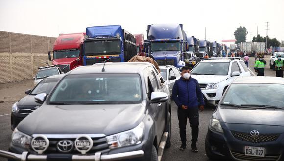 Vehículos se encuentran varados en el kilómetro 290 de la Panamericana Sur debido al paro de trabajadores del sector agroindustrial. (Foto: Hugo Curotto / @photo.gec)