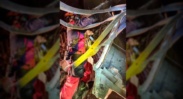 Esta fotografía tomada y publicada el 2 de abril de 2021 por el Departamento de Bomberos de la ciudad de New Taipei muestra a los miembros del equipo de rescate en el lugar donde un tren descarriló dentro de un túnel en las montañas de Hualien, en el este de Taiwán. (Foto: Folleto / Departamento de Bomberos de la ciudad de New Taipei / AFP)