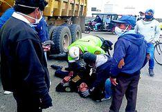 Piura: Policía se salva de morir tras choque de su motocicleta contra un volquete