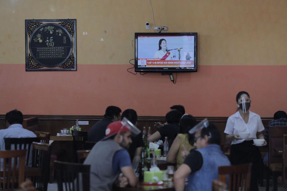 Numerosas personas vieron en establecimientos del Cercado de Lima el debate presidencial.(Foto: Leandro Britto / @photo.gec)