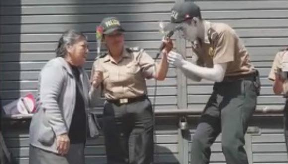 Policías cantan y regalan flores a las madres por su día en el Centro de Lima (VIDEO)