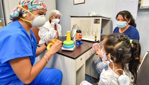 Menor siendo atendida por personal médico. | Foto: Cortesía.