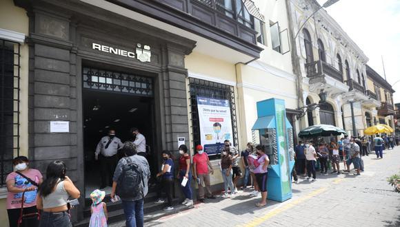 Se reportaron largas colas en otras sedes del Reniec en el Cercado de Lima, el último 9 de abril. (Foto: Britanie Arroyo/@photo.gec)