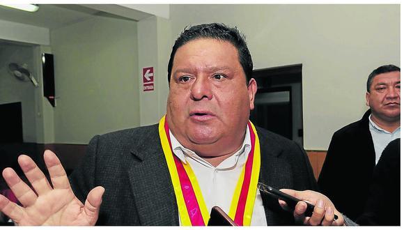 Anuncia tres nuevos gerentes y dice  que él y funcionarios cobrarán después que ediles