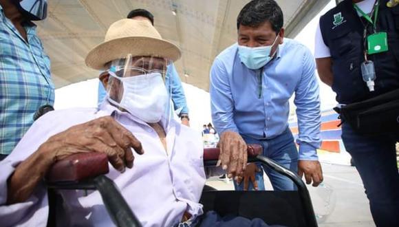 Ica: Genaro Anchante Fernández, de 104 años, y su hijo de 84 años, fueron vacunados contra el COVID-19 durante la jornada de vacunación. (Foto GORE Ica)