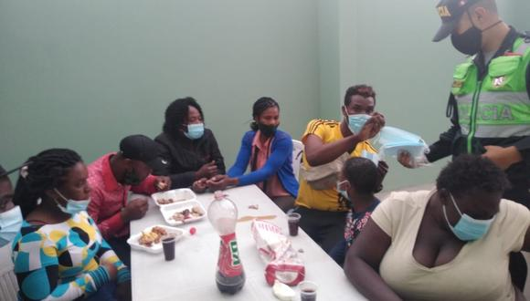 Migrantes recibieron alimentos y barbijos departe de los agentes policiales. (Foto: Correo)