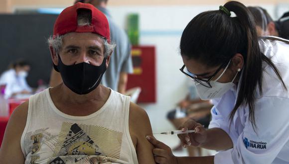 Una personas es inoculada con la vacuna CoronaVac contra el COVID-19 durante una campaña de inmunización en las calles de Sao Paulo, Brasil, el 30 de marzo de 2021. (Miguel SCHINCARIOL / AFP).