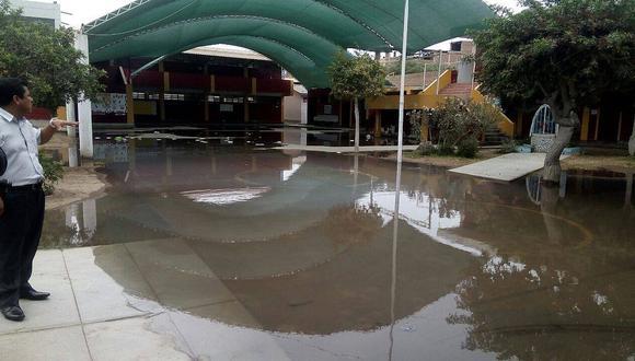 Alumnos pierden clases por colapso de desagüe en colegio de José Leonardo Ortíz
