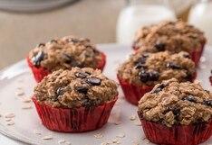 Conoce cómo preparar deliciosos muffins de avena, plátano y chispas de chocolate (VIDEO)