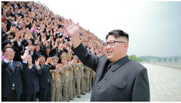 Corea del Norte: Kim Jong-un posa con protagonistas del ensayo de misiles