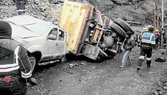 Camión aplasta camioneta y ocupantes se salvan de muerte inminente