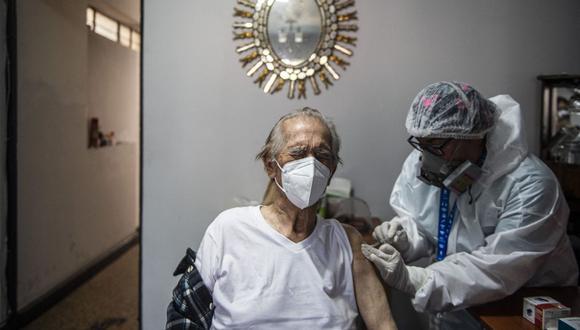 """El viceministro de Salud Pública, Gustavo Rosell, indicó que si una persona recibió la dosis, no quiere decir que debe hacer su vida normal. """"Tenemos que seguir manteniendo las medidas de protección, usando mascarilla y cuidando la distancia con los demás"""". (Foto: Ernesto Benavides / AFP)"""