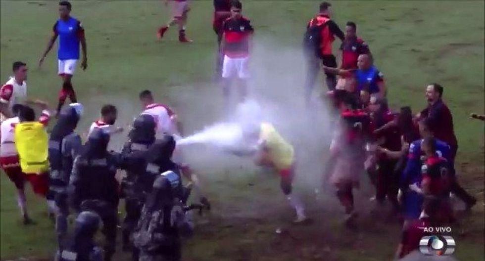 Brasil: Policía frena batalla campal entre futbolistas con gases lacrimógenos (VIDEO)