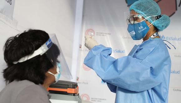 Hoy, miércoles 12 de mayo, inició la vacunación para personas que requieren hemodiálisis. (Foto: Britanie Arroyo / @photo.gec)