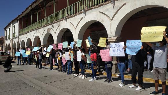 Estudiantes hicieron plantón frente al rectorado