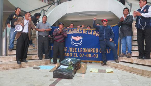"""YouTube: Trabajadores de municipalidad de JLO protestan con """"ataúd"""" (VIDEO)"""
