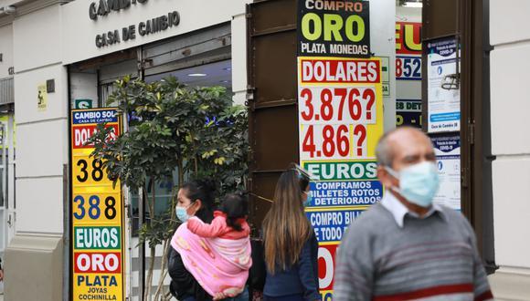 En el mercado paralelo o casas de cambio de Lima, el tipo de cambio se cotizaba a S/ 3.855 la compra y S/ 3.880 la venta de cada billete verde. (Foto: Juan Ponce / GEC)